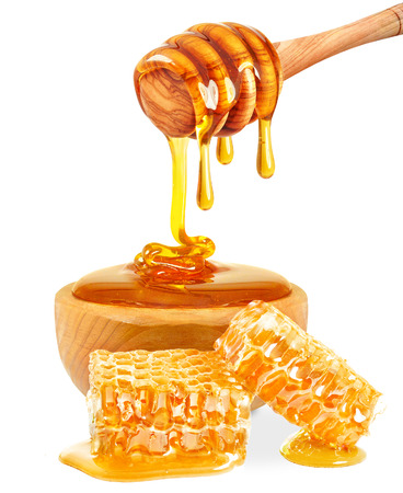 peineta: miel en un tazón y nido de abeja aislado en el fondo blanco Foto de archivo