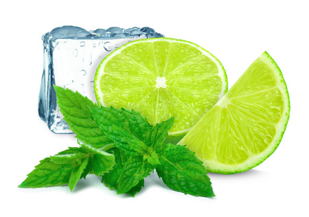 cocteles de frutas: cal con la menta y el cubo de hielo aislados sobre fondo blanco