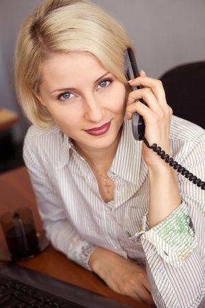 Junge Unternehmerin Vortrag über das Telefon im Büro Lizenzfreie Bilder