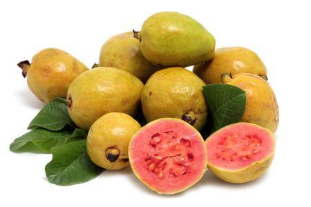 guayaba: Fruta fresca de guayaba con hojas sobre fondo blanco  Foto de archivo