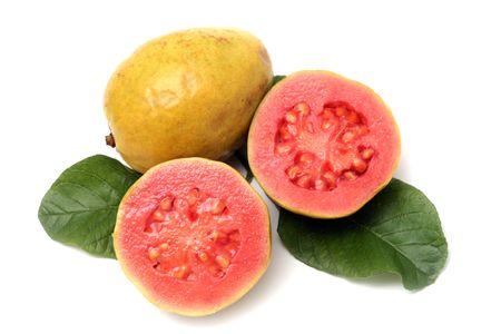 guayaba:  Fruta fresca de guayaba con hojas sobre fondo blanco