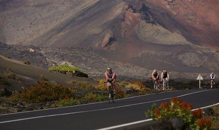 LANZAROTE, España - el 22 de mayo: Grupo de ciclistas en ironman Triathlon 2010 evento mayo 22 en España de Lanzarote.  Foto de archivo - 7007411