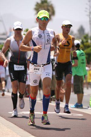 lanzarote: LANZAROTE, Spanje - 22 mei: Lopers in ironman Triathlon 2010 gebeurtenis mei 22 in Lanzarote Spanje.
