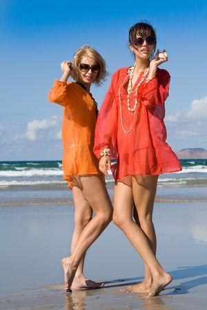 dos mujeres hermosas conchas en playa de audición  Foto de archivo - 8106689