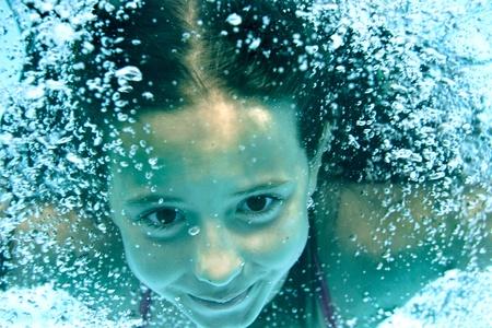 Chica bajo el agua en la piscina  Foto de archivo - 9679791