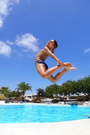 ni�o saltando: ni�o saltando en la piscina sonriente