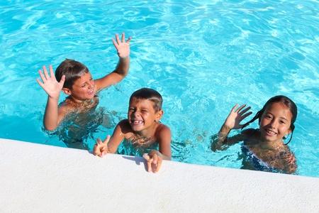 Kinder spielen in einem pool