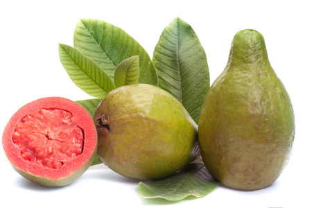 guayaba: Guayaba fruta fresca con hojas sobre fondo blanco