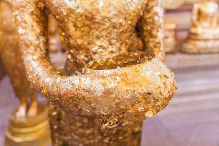 limosna: Primer dorada antigua estatua de Buda con el cuenco de limosnas Foto de archivo