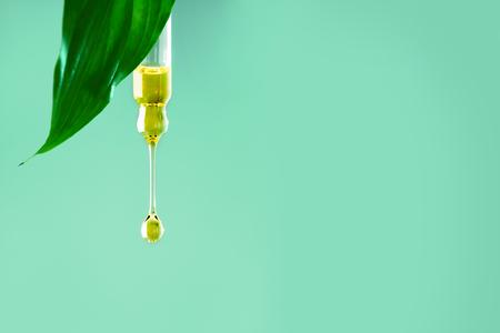 Gota crema hidratante de colágeno y suero de aceite para el rostro sobre un fondo claro suave y claro. Vitamina C. Concepto de spa de belleza. Minimalismo Foto de archivo