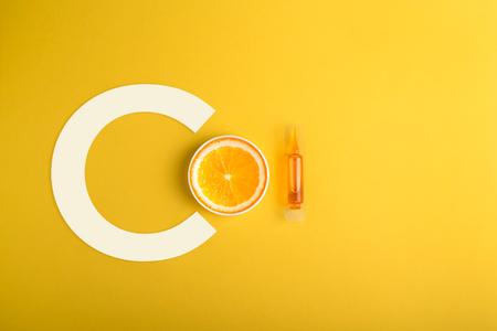 Serum en cosmetica met vitamine C. Etherische olie van citrusvruchten.