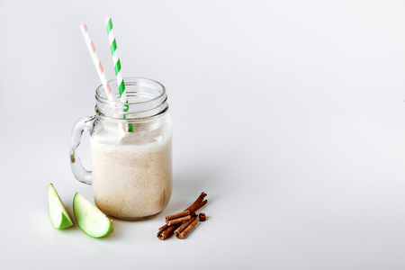 Cocktail protein, smoothie with apple, cinnamon in a glass. functional nutrition Foto de archivo - 116361131