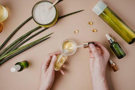 Kosmetikprüfung für Kosmetikerin. Natürliche Bio-Kosmetik. Serum-Haarmaske. Flaches Pastell