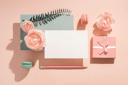 招呼邀请的节日样机构成,与花淡色颜色的贺卡,晴朗的阴影祝贺在妇女的日和生日。婚礼邀请的浪漫样机概念