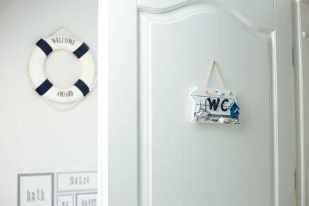 Intérieur ouvert de porte de salle de bains blanche