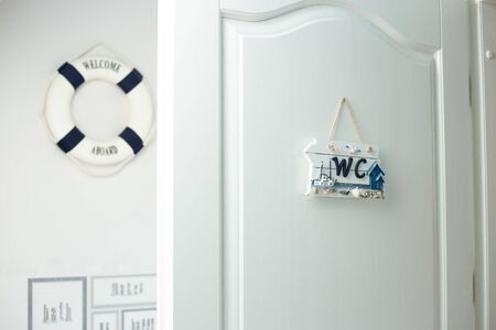 Interno bianco della porta del bagno aperta