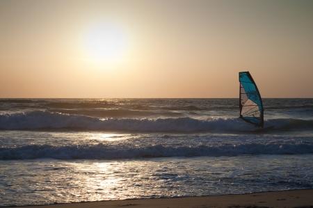 Windsurfen auf den Sonnenuntergang