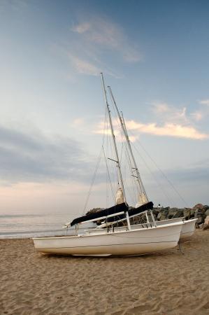 Boote am Strand bei Sonnenaufgang