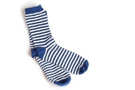 calcetines: Dos calcetines a rayas azules y blancas sobre fondo blanco Foto de archivo