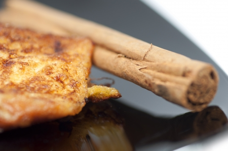 Franz�sisch Toast, torrijas und Zimtstange auf einem schwarzen Teller