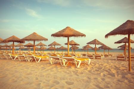 Leere Liegest�hle am Strand bei Sonnenuntergang. Paradise in Algarve, Portugal