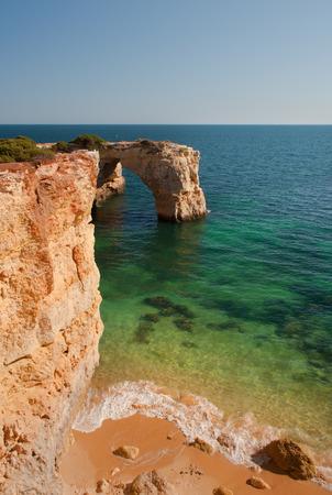 Cliffs und transparente Wasser in Algarve, Portugal, wilden Strand Lizenzfreie Bilder