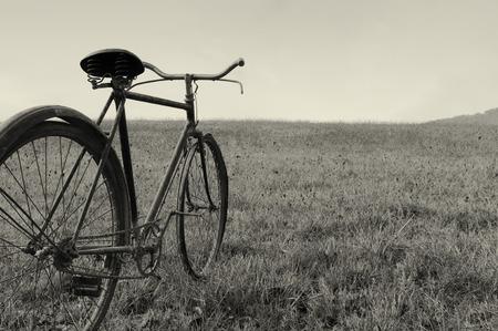 Antique oder retro Fahrrad au�erhalb Lizenzfreie Bilder