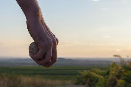 Hand h�lt ein Stein.