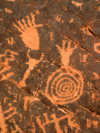 3,000 year old Native American petroglyphs carved in red sandstone in the southwestern USA desert. Imagens