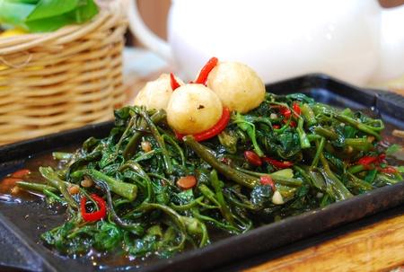 codorniz: kangkung  morning glory con huevo de codorniz cocidos en estilo chino en placa calefactora