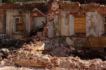Zerstörtes Backsteinhaus
