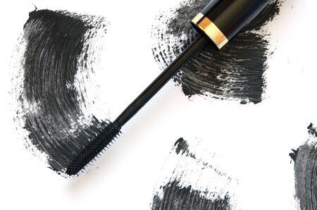 Trazo de rímel negro con primer plano de pincel aplicador, aislado sobre fondo blanco. - imagen Foto de archivo
