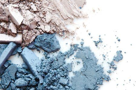 Maquillaje de sombra de ojos triturado aislado sobre fondo blanco. El concepto de industria de la moda y la belleza. Copie el espacio. - imagen