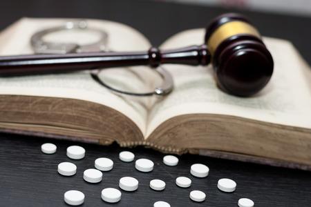 Martillo del juez con esposas, drogas en la mesa de madera, concepto de drogas
