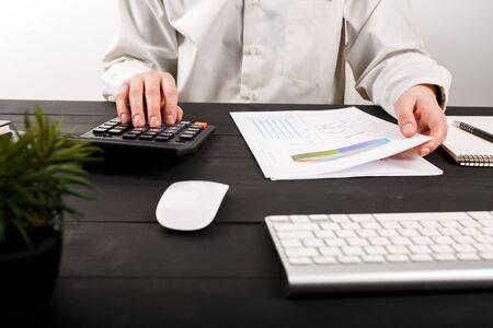 Gros plan d'un homme comptable ou d'un banquier faisant des calculs. Gros plan d'un homme comptable ou d'un banquier faisant des calculs. Concept d'épargne, de finances et d'économie Banque d'images