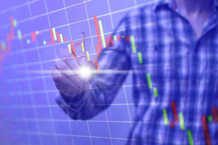 Grafico del mercato azionario, grafico. Uomo d'affari che lavora con documenti grafici. Archivio Fotografico