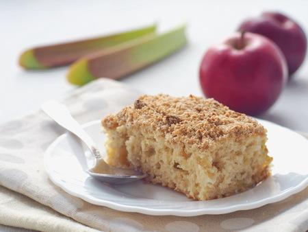 ルバーブとストロベリーのパイが崩れます。自家製のビスケット ケーキ パン粉飾られています。夏のフルーツ ケーキ。選択と集中。 写真素材 - 77957730