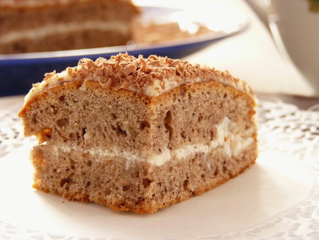Quadratisches Stück Kaffeekuchen mit Sahnefüllung. Hausgemachter Keks. Standard-Bild - 84809545