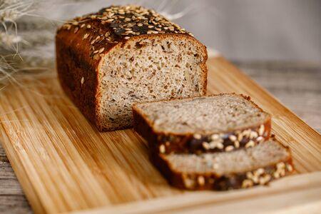 pan integral sin gluten con semillas de lino, girasol, semillas de chía, sésamo. vista lateral con espacio de copia Foto de archivo