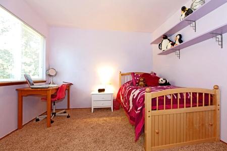 chambre à coucher: Fille de chambre à coucher avec lit rose et les murs Puple