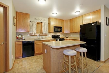 black appliances: Colore della luce cucina con elettrodomestici neri