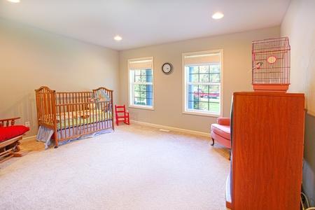 designers interior: Nirsery con mobili in legno di ciliegio