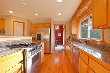Gouden keuken met rode muur Stockfoto