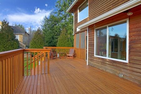 el cedro: Parte posterior de la casa con terraza
