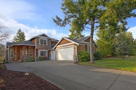 cedro: Linda casa de cedro con estilo rústico y un árbol de pino