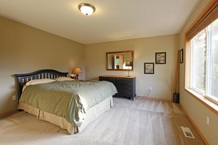 camera da letto con pareti verdi e mobili neri foto royalty free ... - Pareti Verdi Camera Da Letto