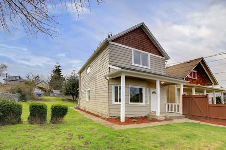 Kleine beige huis met overdekte entree