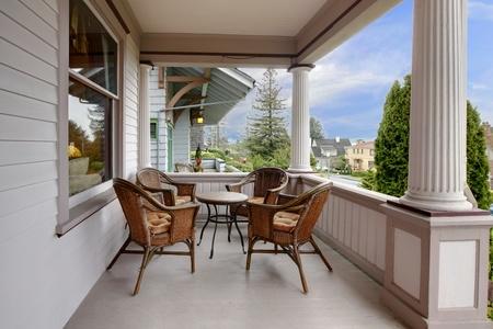front porch: Frente a porche cubierto en una casa victoriana hist�rica