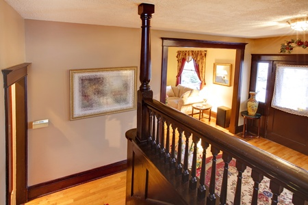 красное дерево: Бежевый коридор с лестницей из красного дерева