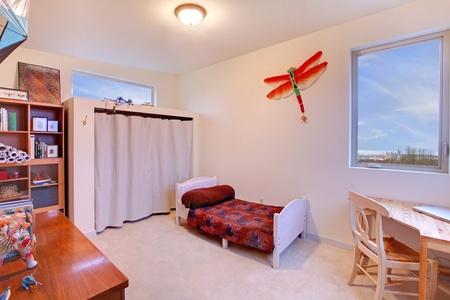 Niños dormitorio con una cama pequeña y blanca y un escritorio en la esquina Foto de archivo - 12313169